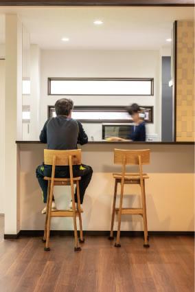 ご主人が「ここも好きなんだよね」と教えてくれたのは、キッチンカウンター。眺める景色が居心地を高めてくれる
