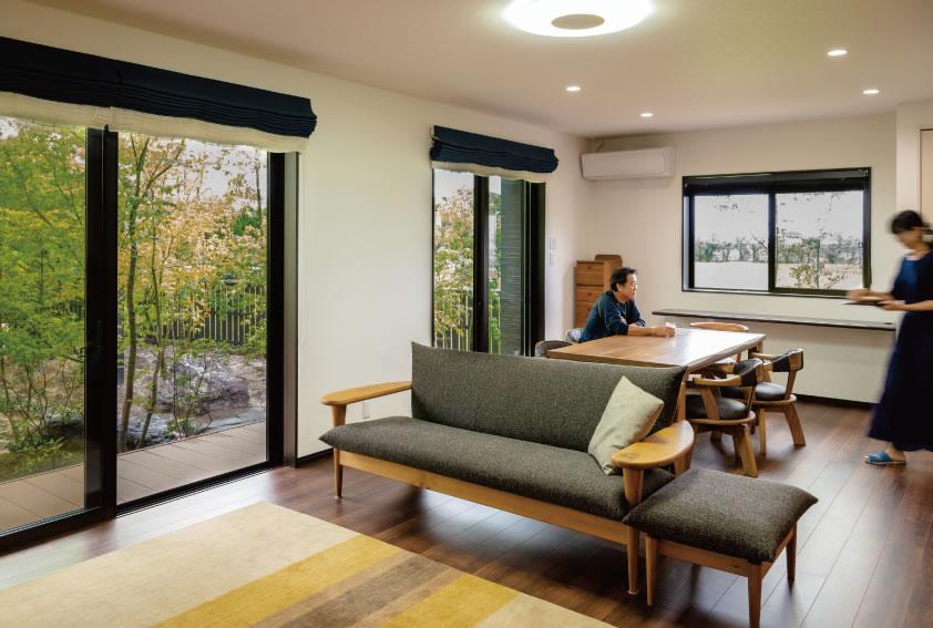 [リビングからの眺め] ご夫妻のお気に入りは、窓の外に広がる緑の景色。計算された窓の配置でいつでも豊かな自然を感じられているのだそう