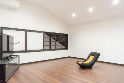 玄関の吹抜けと繋がる奥さまの部屋。スッキリした空間で寛ぐひと時は自分へのご褒美だとか