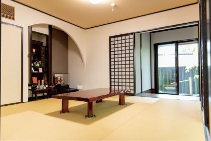 床の間の意匠もご夫妻のこだわり。室内の雰囲気に似合うシンプルかつ上質な和の空間に