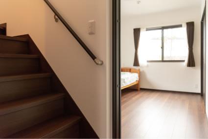 階段横のご主人の寝室にはウォークインクローゼットも完備