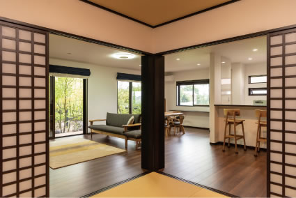 奥さまのセンスでセレクトした無垢材のシンプルな家具が空間のアクセントに