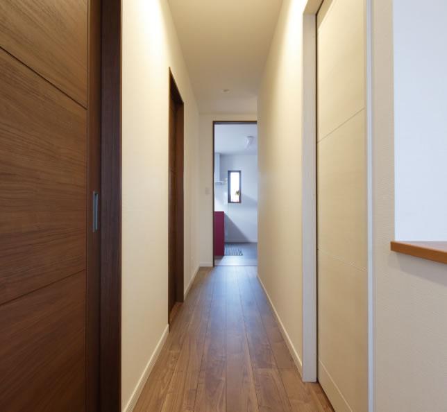 右側の白い扉を開けるとLDKが、左側のブラウンの扉の奥は寝室と子ども部屋がある
