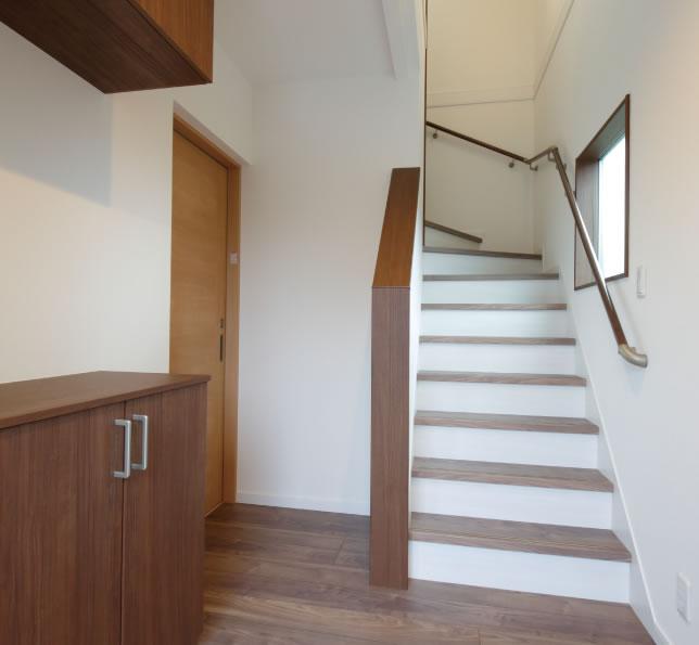 玄関から入ってそのまま2階へ。左手にある扉でご両親の家とつながっている