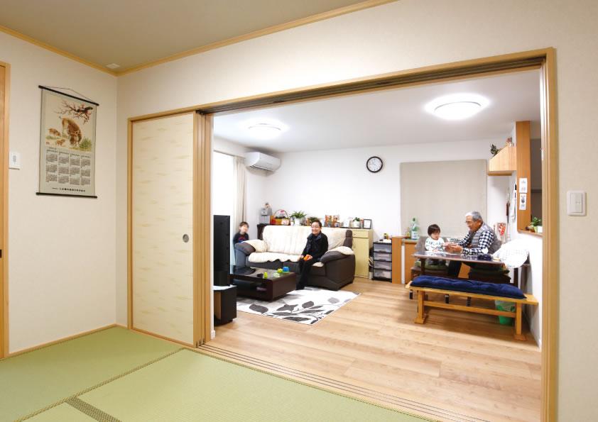 襖を開けておけばより広さを感じる空間に。襖を閉めれば客間としても使える