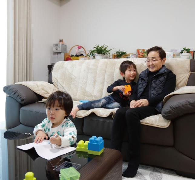 子どもたちは1階のご両親の部屋で過ごすことも多く、子どもたちもご両親も嬉しそう