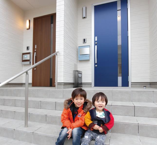 扉は同じタイプの色違い。ご両親は落ち着いたブラウンを、Mさん夫妻は遊び心のあるブルーを採用した